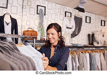 klant, kijken naar, hemd, in, de opslag van de kleding