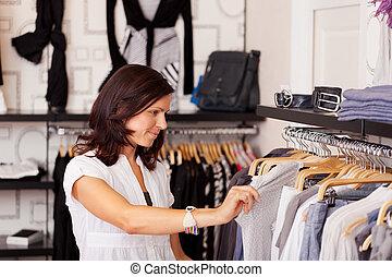 klant, kijken naar, kleren, in, de opslag van de kleding