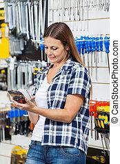 klant, onderzoeken nauwkeurig, product's, cellphone, streepjescode, door