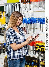 klant, onderzoeken nauwkeurig, product's, mobilephone, streepjescode, door