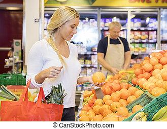klant, sinaasappel, grocery slaan op, vasthouden