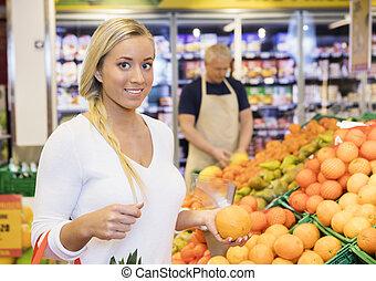 klant, sinaasappel, supermarkt, vrouwlijk, vasthouden