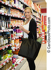 klant, staand, kruidenierswinkel, vrouwlijk, het glimlachen, winkel