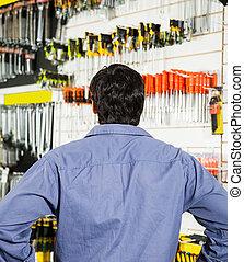 klant, staand, winkel, hardware, achterk bezichtiging