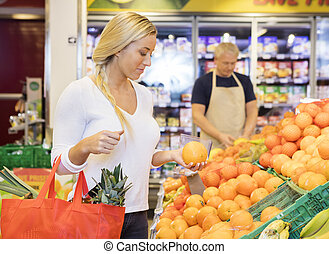 klant, vasthouden, sinaasappel, in, grocery slaan op