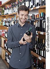 klant, vasthouden, wijn fles, in, winkel