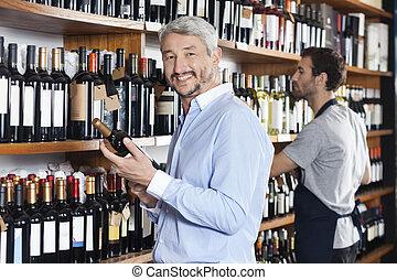 klant, vasthouden, wijn fles, terwijl, verkoper, werkende , in, supermark
