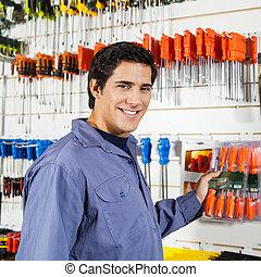 klant, winkel, hardware, schroevendraaiers, het selecteren