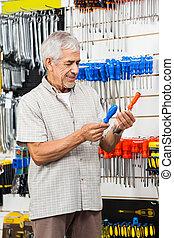 klant, winkel, hardware, schroevendraaiers, het vergelijken