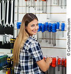 klant, winkel, het selecteren, schroevendraaier, hardware, vrouwlijk