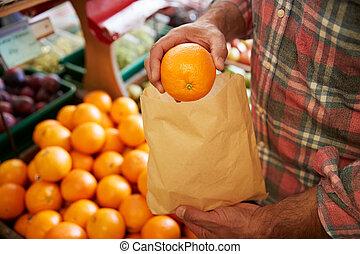 klant, zak, organisch, dichtbegroeid boven, mannelijke , aankoop, boer winkel, fris, sinaasappel, papier