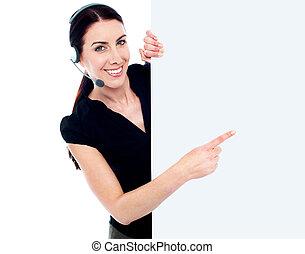 klantenservice/klantendienst, vrouw, met, leeg, buitenreclame, meldingsbord, spandoek