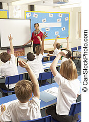 klasa, badając, nauczyciel, dzieci w wieku szkolnym