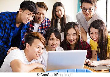 klasa, grupa, oglądając, studenci, laptop, kolegium
