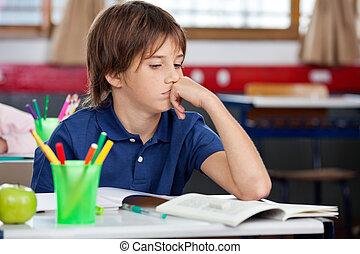 klasa, patrząc, książka, uczeń