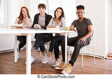 klasa, posiedzenie, studenci, młody, przyjaciele, szczęśliwy