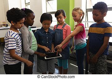 klasa, szkoła, cyfrowy, badając, grupa, dzieciaki, tabliczka, razem