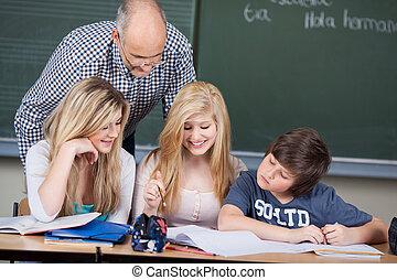 klasa, szkoła nauczyciel, uczniowie, trzy