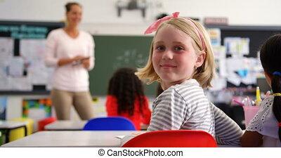klasa, uczennica, prospekt, tylny, patrząc, aparat ...