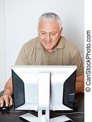 klaslokaal, computer, gebruik, senior, vrolijke , man