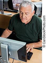 klaslokaal, gebruik, senior, computer, man