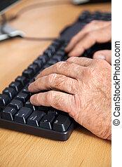 klaslokaal, gebruik, senior, student, toetsenbord