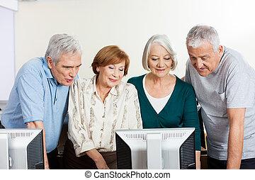 klaslokaal, mannen, computer, gebruik, seniore vrouwen