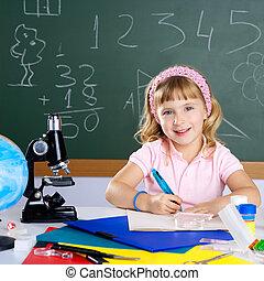 klaslokaal, weinig; niet zo(veel), school, microscoop, meisje, kinderen