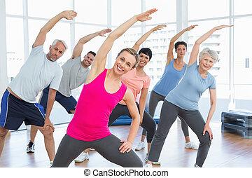klasse, strakte, hænder, hos, yoga klasse