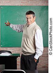 klassenzimmer, greenboard, gegen, lehrer, zeigen