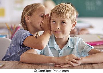 klassenzimmer, junge, m�dchen, flüstern