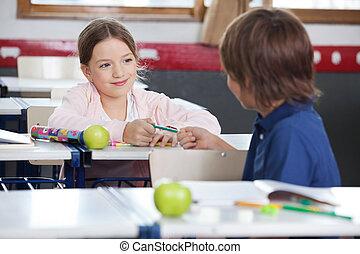 klassrum, blyertspenna, liten pojke, ge sig, flicka