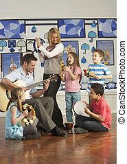 klassrum, elever, ha, gitarr, musik, lärare, lektion, leka