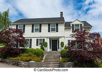 klasszikus, amerikai, lépcsőzetes vízszintes deszkaburkolat ház falán, külvárosi, épület