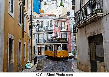 klasyk, żółty, tramwaj, w, alfama, quater, w, lisbona, portugalia