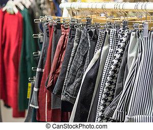 kleding, op, hangers, op, een, nachtmarkt, winkel