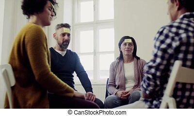 kleefstof, groep, zittende , opmerkingen, mannen, forehead., gedurende, cirkel, therapie, vrouwen