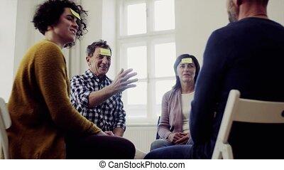 kleefstof, groep, zittende , opmerkingen, mannen, forehead.,...