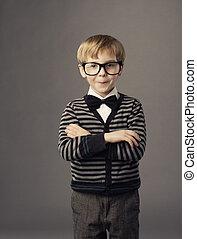 kleidung, junge, wenig, mode, lustige brille, verschränkte ...