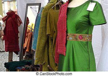Kleidungsstuecke und Schaufensterpuppen - gesunde...