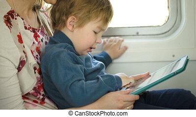 klein kind, met, blok, zittende , op, moeders, schoot, in, de, trein