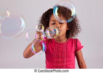 klein meisje, bellen, zeep, blazen, afrikaan, aziaat