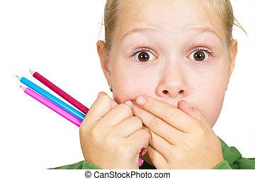 klein meisje, deksels, haar, mond, met, haar, handen, en, vasthouden, een, potlood, in, haar, hand, close-up, op wit, achtergrond