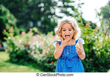 klein meisje, eten, ijs