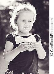 klein meisje, etende ijsje-room