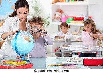 klein meisje, gebruik, vergrootglas, op, globe