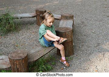 klein meisje, het putten, haar, sandaal, op