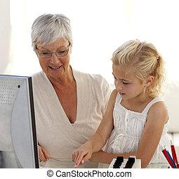 klein meisje, het verklaren, haar, grootmoeder, hoe, om te, gebruiken, een, computer