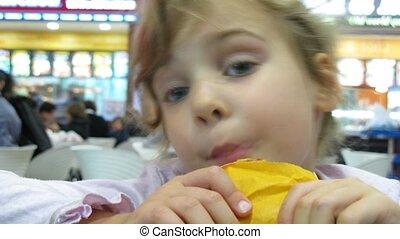 klein meisje, hypermarket, dinning