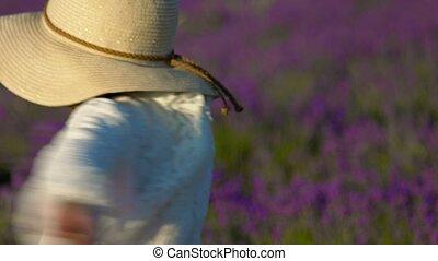 klein meisje, in, een, stro hoed, draaien, met, een, bouquetten, van, lavendel